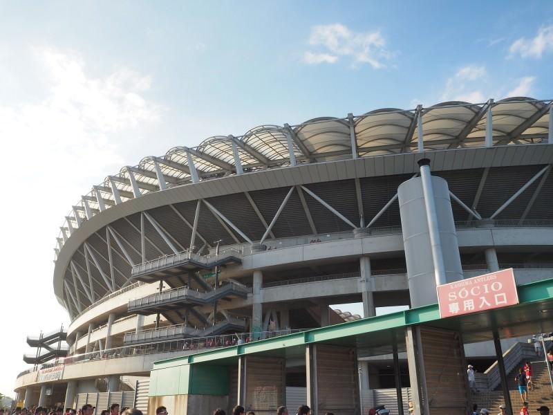 ナウシカに出てきそうなちょっと虫っぽいフォルムのサッカー専用スタジアム